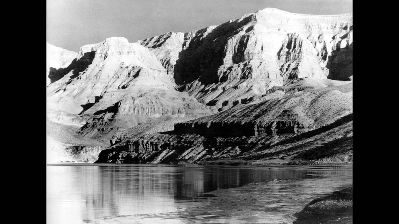 1935, Αριζόνα. Το Γκραν Κάνιον όπως φαίνεται από τα νερά της λίμνης Μπόλντερ, στην Αριζόνα.