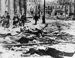 1944, Βαρσοβία. Μια γερμανική περίπολος στο κέντρο της Βαρσοβίας, στο οποίο έγιναν σκληρές μάχες ανάμεσα σε Πολωνούς πατριώτες και γερμανικά στρατεύματα. Αυτή η δραματική εικόνα δείχνει το πλήρες εύρος της καταστροφής και της τραγωδίας που έφερε η πρόωρη
