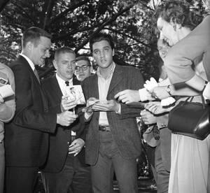 1960, Χόλιγουντ. Μέλη της ποδοσφαιρικής ομάδας του Πανεπιστημίου Duke προσπαθούν να πάρουν ένα αυτόγραφο από τον Έλβις Πρίσλεϊ, κατά τη διάρκεια επίσκεψής τους στα στούντιο της Twentieth Century-Fox, όπου ο Πρίσλεϊ γυρίζει μια ταινία.