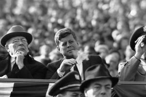1961, Φιλαδέλφεια. Ο Πρόεδρος Κένεντι καπνίζει παρακολουθώντας το κλασικό ντέρμπι στο ράγκμπι ανάμεσα στις ομάδες του ναυτικού και του στρατού.