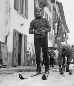 1963, ιταλικές Άλπεις. Ο Καρίμ Αγά Χαν, στο ιταλικό θέρετρο της Τσερβίνια. Ο Αγά Χαν, πνευματικός ηγέτης των Ισμαηλιτών μουσουλμάνων θα διαγωνιστεί στους Ολυμπιακούς Αγώνες του Ίνσμπρουγκ, με τη βρετανική ομάδα.