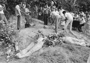 1980, Ελ Σαλβαδόρ. Τα νεκρά σώματα τεσσάρων καλογριών που απήχθησαν και δολοφονήθηκαν από ακροδεξιούς αντάρτες, ανακαλύφθηκαν στους πρόποδες του ηφαιστείου Σαν Βινσέντε, στο Ελ Σαλβαδόρ.