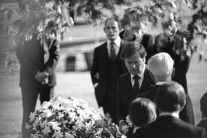 1981, Λος Άντζελες. Ο ηθοποιός Ρόμπερτ Βάγκνερ, στην κηδεία της συζύγου του Νάταλι Γουντ.
