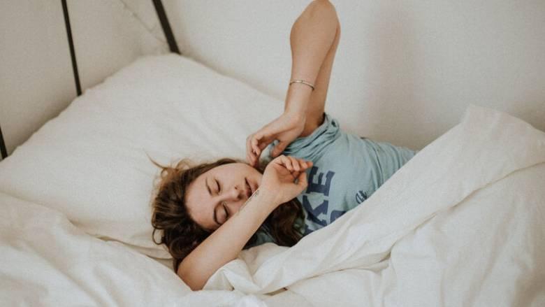 Πονόλαιμος: Γιατί τα συμπτώματα είναι πιο έντονα το πρωί;