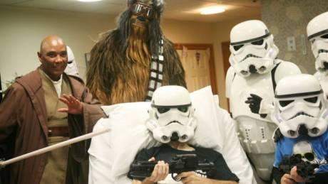Ετοιμοθάνατος ασθενής ήθελε πριν πεθάνει να δει το τελευταίο Star Wars - Η Disney του έκανε τη χάρη