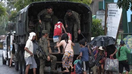 Tυφώνας απειλεί τις Φιλιππίνες: Δεκάδες χιλι&#9