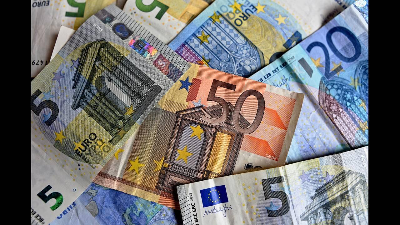 https://cdn.cnngreece.gr/media/news/2019/12/03/199369/photos/snapshot/money-3481699_1920.jpg
