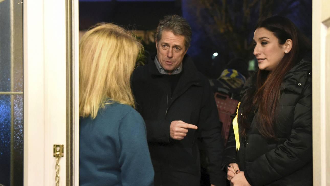 Χιού Γκραντ: Πόρτα πόρτα στη Βρετανία, κάνει καμπάνια εναντίον του Μπόρις Τζόνσον