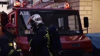 Απεγκλωβίστηκε μία γυναίκα από το φλεγόμενο κτήριο στην Πλάκα