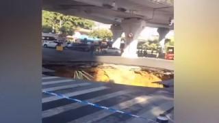 Σοκαριστικό βίντεο: Πελώρια καταβόθρα «καταπίνει» τρία άτομα
