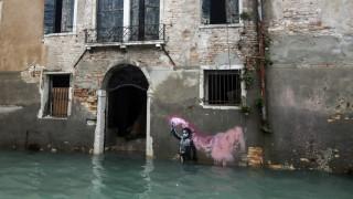 Το «Παιδί του Ναυαγίου»: Εμβληματικό γκράφιτι του Banksy στη Βενετία, βουλιάζει στα νερά