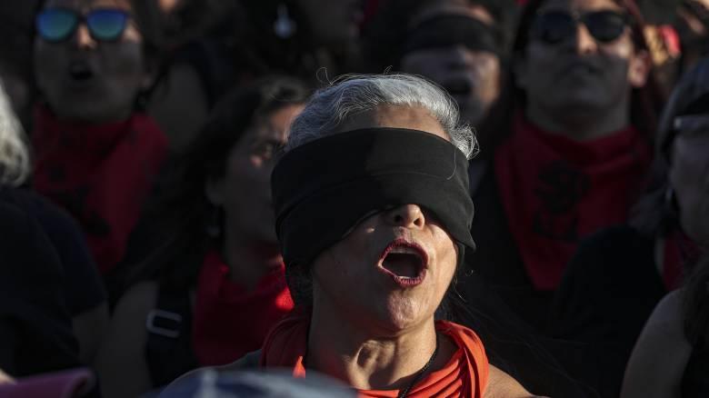 «Ο βιαστής είσαι εσύ»: Στους δρόμους χιλιάδες γυναίκες στη Χιλή