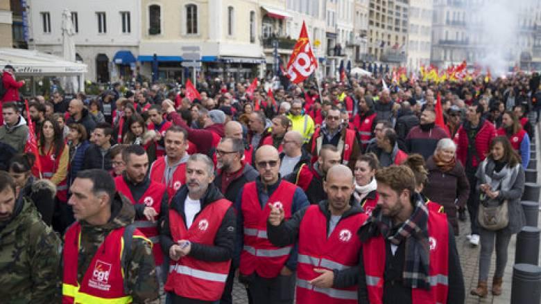 Μαζική απεργία στη Γαλλία: «Παρέλυσε» η χώρα λόγω συνταξιοδοτικού