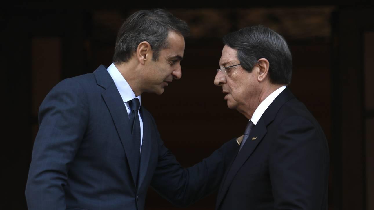 Ο Μητσοτάκης ενημέρωσε τον Αναστασιάδη για τη συνάντησή του με τον Τούρκο πρόεδρο