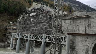 Όρθιο και πάλι το ιστορικό γεφύρι της Πλάκας (pics)
