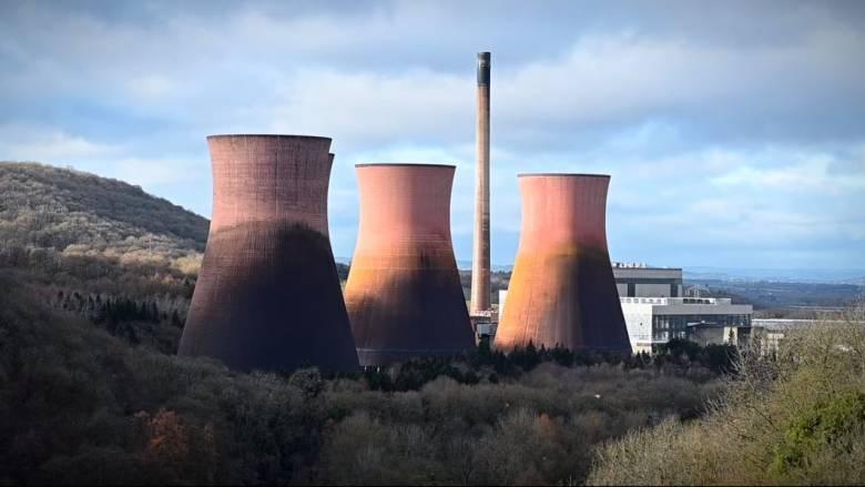 Εντυπωσιακό βίντεο από κατεδάφιση: Πύργοι εργοστασίου γίνονται «σκόνη»
