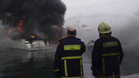 Φωτιά σε σκάφος στη Μαρίνα Αλίμου
