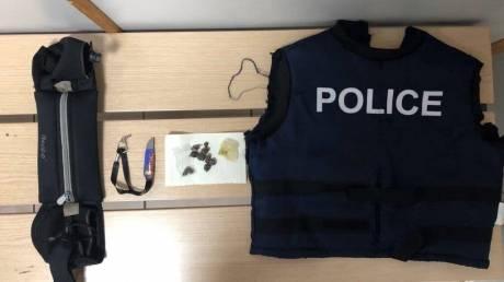 «Ψευδοαστυνομικός» με γιλέκο της ΕΛΑΣ πωλούσε ναρκωτικά