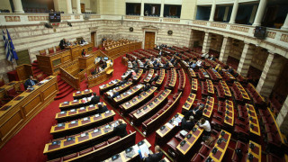 Μαλλιά κουβάρια στη Βουλή για την αστυνομική βία