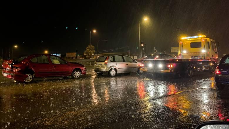 Θεσσαλονίκη: Κυκλοφοριακό κομφούζιο λόγω καραμπόλας και βροχής