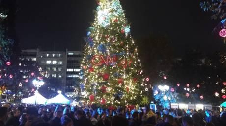 Εορταστικό κλίμα: Φωταγωγήθηκε το δέντρο στην πλατεία Συντάγματος