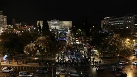Εντυπωσιακές φωτογραφίες από την πλατεία Συντάγματος που έβαλε τα γιορτινά της