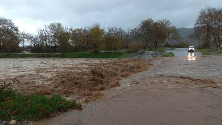 Κακοκαιρία «Διδώ» - Λάρισα: Πλημμυρισμένοι δρόμοι και σοβαρά προβλήματα από την έντονη βροχόπτωση