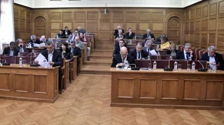 Ένταση και αποχωρήσεις στη Βουλή για την κατεπείγουσα διαδικασία ψήφισης του «Ηρακλή»