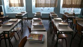Χαλκίδα: Παιδιά κάνουν μάθημα σε υπόγειο πολυκατοικίας – Τι καταγγέλλουν οι γονείς