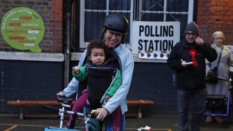 Βρετανία: Ουρές στα εκλογικά τμήματα για τις πρόωρες εκλογές