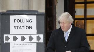 Εκλογές στη Βρετανία: Στις κάλπες ο Τζόνσον με συνοδό «έκπληξη»