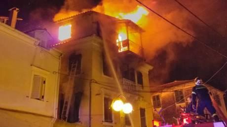 Φωτιά στην Κέρκυρα: Διασωληνωμένος ένας άνδρας, με πολλαπλά εγκαύματα δεύτερος ένοικος