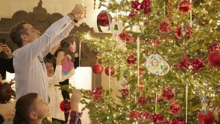 Το Μαξίμου «έβαλε» τα γιορτινά του: Ο πρωθυπουργός στόλισε το χριστουγεννιάτικο δέντρο