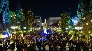 Εορταστικό το κλίμα στο κέντρο της Αθήνας - Κοσμοπλημμύρα σε Σύνταγμα και Ερμού