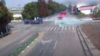 Τρομακτικό ατύχημα: Γυάλινα πάνελ από διερχόμενο φορτηγό «σκέπασαν» οδηγό σκούτερ