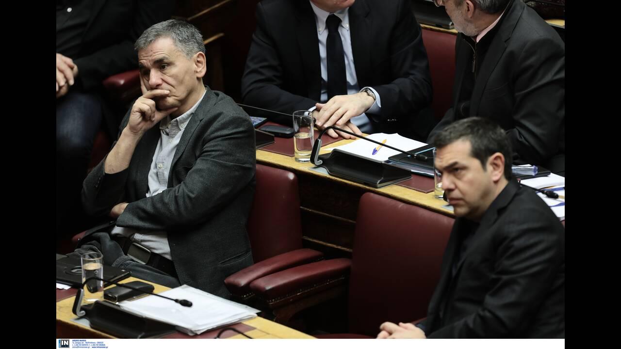 Ο κοινοβουλευτικός εκπρόσωπος του ΣΥΡΙΖΑ Ευκλείδης Τσακαλώτος και ο πρόεδρος του ΣΥΡΙΖΑ Αλέξης Τσίπρας παρακολουθούν τη συζήτηση