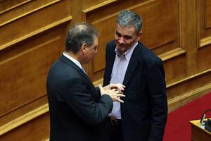 Οι κοινοβουλευτικοί εκπρόσωποι της ΝΔ Σπήλιος Λιβανός και του ΣΥΡΙΖΑ Ευκλείδης Τσακαλώτος συνομιλούν την τέταρτη μέρα της συζήτησης για τον Προϋπολογισμό του 2020