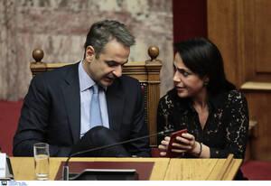 Ο πρωθυπουργός Κυριάκος Μητσοτάκης συνομιλεί με την  υφυπουργό Εργασίας, Δόμνα Μιχαηλίδου