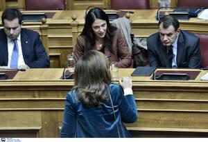 Η υφυπουργός Εργασίας, Δόμνα Μιχαηλίδου συνομιλεί με την Ντόρα Μπακογιάννη