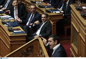 Ο πρωθυπουργός Κυριάκος Μητσοτάκης παρακολουθεί την ομιλία του Αλέξη Τσίπρα