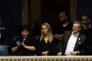 Η σύζυγος του επικεφαλής του ΜέΡΑ 25 Γιάνη Βαρουφάκη, Δανάη Στράτου παρακολουθεί από τα θεωρεία