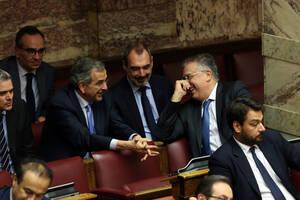 Ο πρώην πρωθυπουργός Αντώνης Σαμαράς συνομιλεί με τον υπουργό Εσωτερικών Τάκη Θεοδωρικάκο στα ορεινά της Βουλής