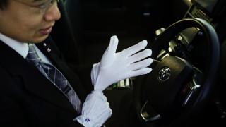 Ο Ιάπωνας οδηγός ταξί: Κοστούμι, γραβάτα και (προαιρετικά) λευκά γάντια