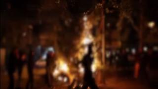 Βίντεο: Έκαψαν το χριστουγεννιάτικο δέντρο στα Εξάρχεια μπροστά στα ΜΑΤ