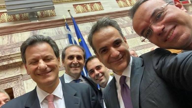Η χαμογελαστή selfie του Κυριάκου Μητσοτάκη μετά την ψήφιση του προϋπολογισμού
