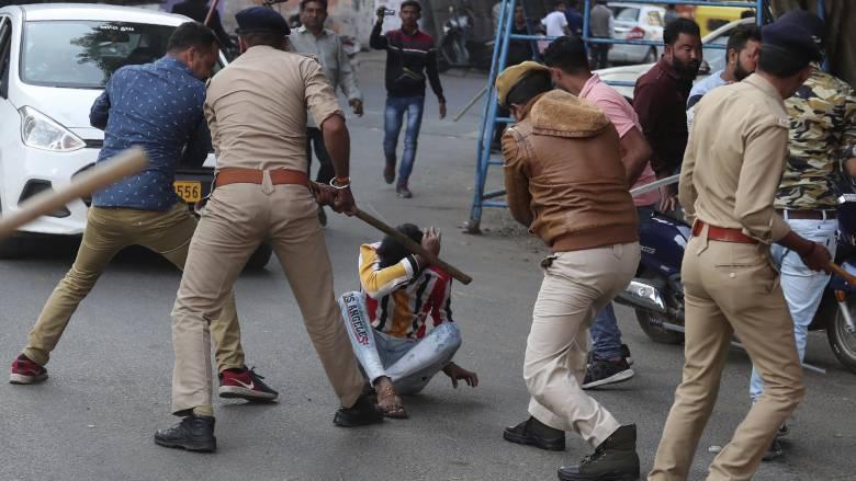 Ινδία: Νεκροί και συλλήψεις σε διαδηλώσεις κατά του νόμου για τη χορήγηση υπηκοότητας