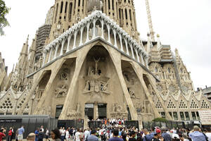 6 - Σαγράδα Φαμίλια, Βαρκελώνη:  Η Σαγράδα Φαμίλια είναι ρωμαιοκαθολική εκκλησία σχεδιασμένη από τον Καταλανό αρχιτέκτονα Αντόνι Γκαουντί (1852-1926). Αν και ημιτελής, η εκκλησία αποτελεί Μνημείο Παγκόσμιας Κληρονομιάς της UNESCO και το Νοέμβριο του 2010