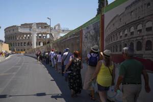 1 - Κολοσσαίο, Ρώμη:  Το Κολοσσαίο άρχισε να κατασκευάζεται στην εποχή του Βεσπασιανού το 72 μ.Χ. και ολοκληρώθηκε όταν ήταν αυτοκράτορας ο Τίτος, το 80 μ.Χ.  Έμεινε στην ιστορία ως το κέντρο των αιμοχαρών θεαμάτων που απολάμβανε η ρωμαϊκή αυλή στην εποχ