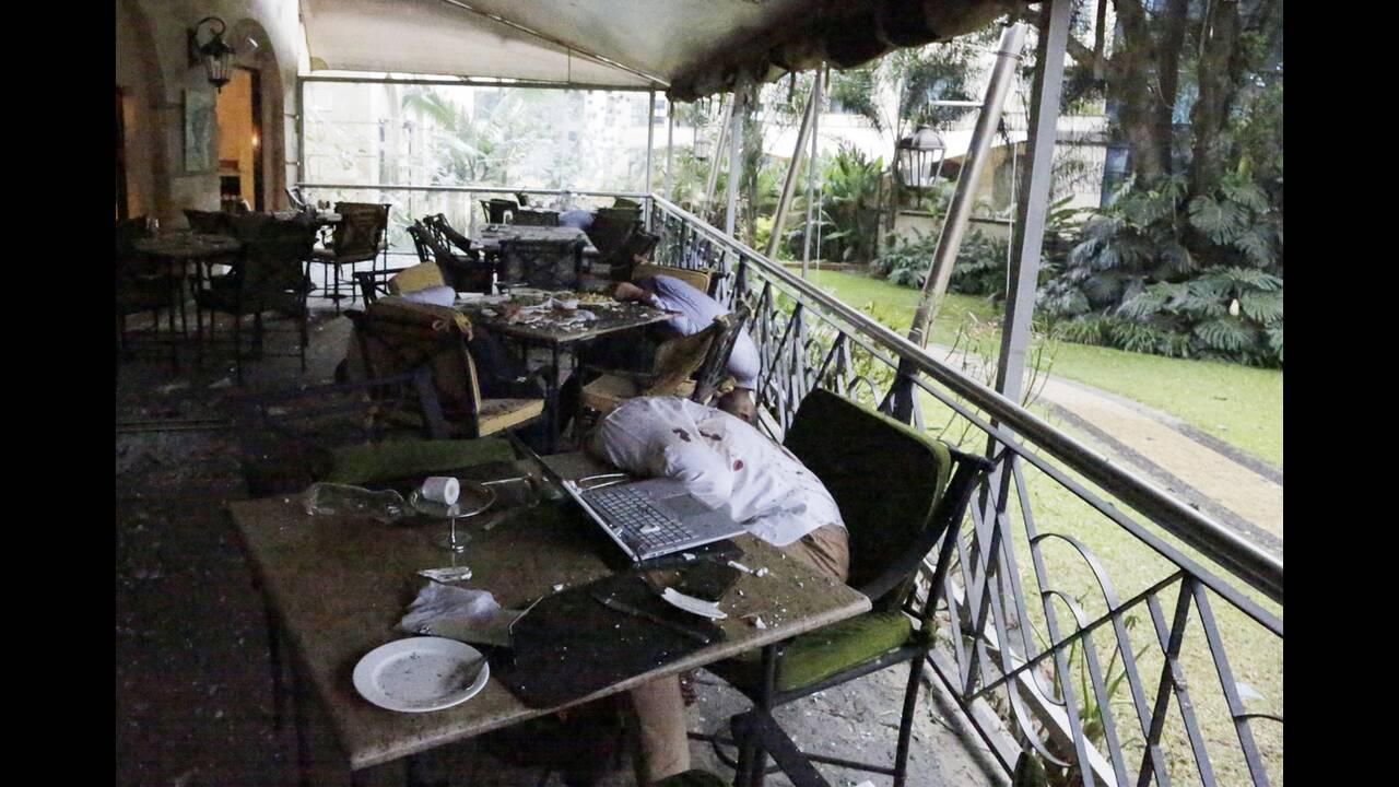 15 Ιανουαρίου, Ναϊρόμπι. Τα άψυχα σώματα ανθρώπων πεσμένων στις καρέκλες τους, μετά την έκρηξη σε εστιατόριο πολυτελούς ξενοδοχείου στο Ναϊρόμπι της Κένυα. Το εστιατόριο δέχτηκε επίθεση με βόμβες και πυροβολισμούς, από μέλη της εξτρεμιστικής ισλαμιστικής