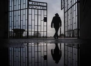 27 Ιανουαρίου, Γερμανία. Ένας άντρας περνάει από την πύλη του ναζιστικού στρατοπέδου εξόντωσης Σαξενχάουζεν, με την επιγραφή «Arbeit macht frei» («η εργασία απελευθερώνει»), στο Οράνιενμπουργκ τη Γερμανίας, τη Διεθνή Ημέρα Μνήμης του Ολοκαυτώματος.